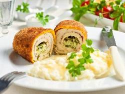 Пиле Киев - рулца от филе с чесново масло и кремообразно картофено пюре - снимка на рецептата